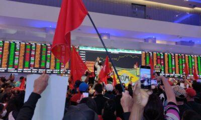 Manifestantes invadem Bolsa de Valores em São Paulo
